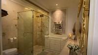 <p>Tidak hanya walking closet yang didekorasi ulang. Kamar mandi Tasya Farasya pun didesain kembali supaya bisa lebih berfungsi ketika ada bayi. (Foto: <em>YouTube Tasya Farasya</em>)</p>