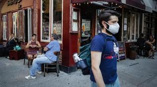 FOTO: Saat Trotoar Jadi Area Makan dan Kongko di New York