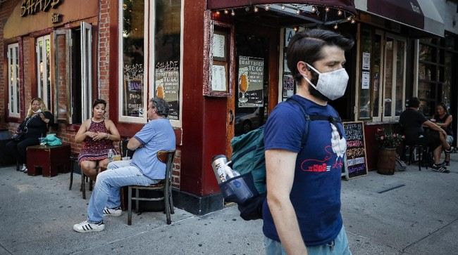 Customers dine outside Shade Bar NYC, Monday, June 22, 2020, in New York. New York City Mayor Bill de Blasio says he is delaying the planned resumption of indoor dining at restaurants in the city out of fear it would ignite a a spike in coronavirus infections. (AP Photo/John Minchillo)