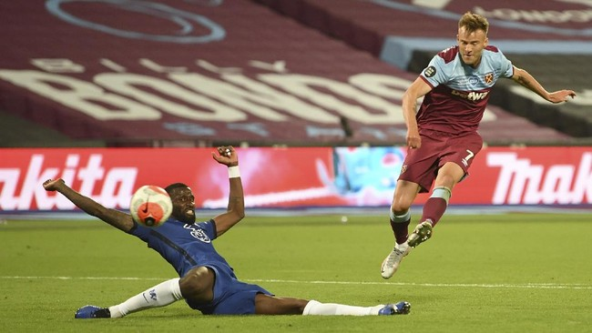 West Ham's Andriy Yarmolenko, right shoots and scores this sides third goal past Chelsea's Antonio Rudiger during the English Premier League soccer match between West Ham United and Chelsea at the London Stadium stadium in London, Wednesday July 1, 2020. West Ham won the match 3-2. (Michael Regan/Pool via AP)