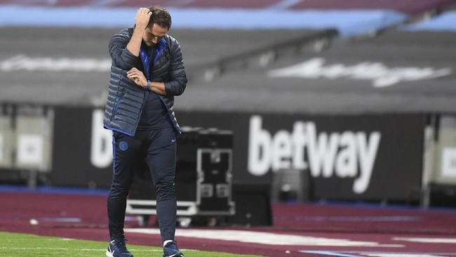 Chelsea's head coach Frank Lampard reacts as he watches his team play from the side lines during the English Premier League soccer match between West Ham United and Chelsea at the London Stadium stadium in London, Wednesday July 1, 2020. (Michael Regan/Pool via AP)
