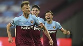 West Ham's Andriy Yarmolenko, left, celebrates with teammate after scoring his sides third goal during the English Premier League soccer match between West Ham United and Chelsea at the London Stadium stadium in London, Wednesday July 1, 2020. West Ham won the game 3-2. (Michael Regan/Pool via AP)