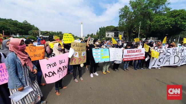 Aksi unjuk rasa ibu-ibu menolak PPDB di Depan Istana, Jumat (3/7).