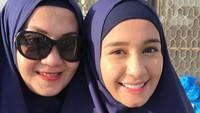 Ibunda Laudya Cynthia Bella selalu menemani putrinya di berbagai kesempatan lho, Bunda. Keduanya juga sering pakai outfit kembaran nih. (Foto: Instagram @laudyacynthiabella)