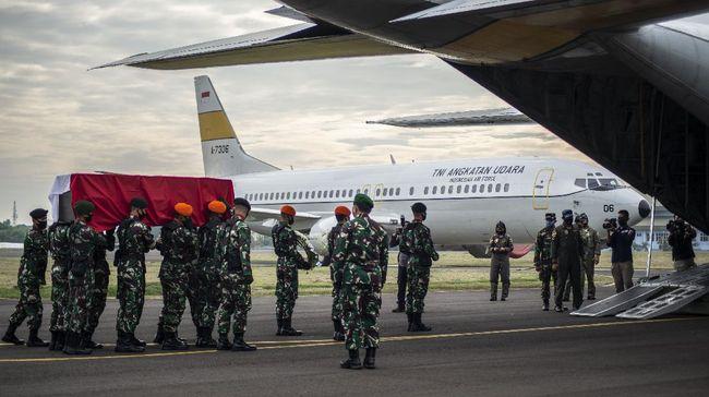 Prajurit TNI mengusung peti jenazah Pelda Anumerta Rama Wahyudi saat upacara pelepasan keberangkatan jenazah ke rumah duka di Pekanbaru, Riau, di Skadron Udara 17 Lanud Halim Perdanakusuma, Jakarta, Jumat (3/7/2020). Pelda Anumerta Rama Wahyudi merupakan salah satu anggota Satgas Kizi TNI Konga XX-Q/Monusco misi PBB yang gugur karena tertembak oleh kelompok bersenjata Allied Democratic Forces (ADF) saat bertugas mengirimkan logistik ke Temporary Operation Base (TOB) di wilayah Makisabo, Kongo, Afrika pada 22 Juni 2020. ANTARA FOTO/Aprillio Akbar/wsj.