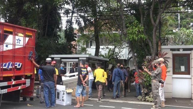 Suasana eksekusi pengosongan rumah pahlawan nasional Mohammad Yamin di Jalan Diponegoro No 10 Jakarta Pusat yang dilakukan pada Kamis (2/7) pagi oleh tim juru sita PN Jakarta Pusat. (ANTARA/Ho-PN Jakpus)