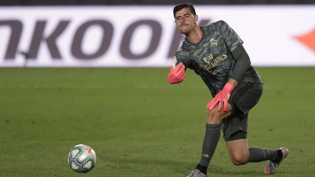 Real Madrid's goalkeeper Thibaut Courtois passes the ball during the Spanish La Liga soccer match between Real Madrid and Getafe at the Alfredo di Stefano stadium in Madrid, Spain, Thursday, July 2, 2020. (AP Photo/Bernat Armangue)