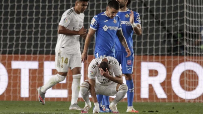 Real Madrid's Karim Benzema reacts after missing a chance during the Spanish La Liga soccer match between Real Madrid and Getafe at the Alfredo di Stefano stadium in Madrid, Spain, Thursday, July 2, 2020. (AP Photo/Bernat Armangue)
