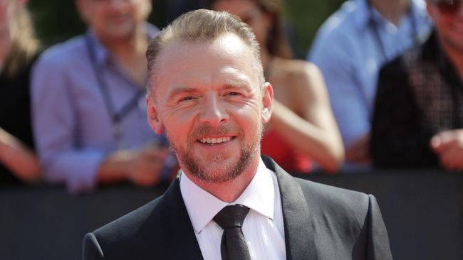 English actor Simon Pegg poses on the red carpet as he arrives to attend the world premiere of his new film Mission: Impossible  Fallout, on July 12, 2018 at the Theatre de Chaillot in Paris. (Photo by Thomas SAMSON / AFP)