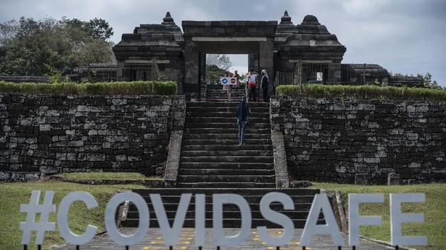 Wisatawan mengunjungi Kompleks Taman Wisata Candi Keraton Ratu Boko di Prambanan, Sleman, DI Yogyakarta, Jumat (3/7/2020). Kementerian Pariwisata dan Ekonomi Kreatif menyiapkan protokol