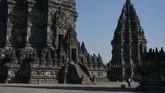 Wisatawan mengunjungi kompleks Taman Wisata Candi (TWC) Prambanan di Sleman, DI Yogyakarta, Rabu (1/7/2020). PT. Taman Wisata Candi Borobudur, Prambanan dan Ratu Boko membuka kembali kunjungan wisata Candi Prambanan pada Rabu (1/7/2020) dengan menerapkan protokol kesehatan ketat serta pembatasan jumlah pengunjung setelah tutup selama tiga bulan akibat pandemi COVID-19. ANTARA FOTO/Hendra Nurdiyansyah/aww.