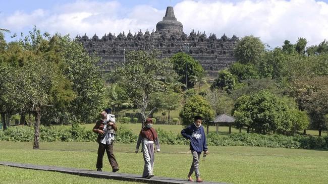 Wisatawan berada di taman Lumbini kawasan Taman Wisata Candi (TWC) Borobudur, Magelang, Jawa Tengah, Selasa (30/6/2020). Guna meningkatkan pendapatan devisa dari sektor pariwisata pemerintah terus mendorong sektor pariwisata di 10 Destinasi Super Prioritas (DSP) salah satunya candi Borobudur yang telah dibuka untuk umum pada (25/6/2020) dengan tetap menerapkan protokol kesehatan COVID-19. ANTARA FOTO/Anis Efizudin/hp.
