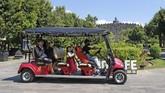Wisatawan menumpang kendaraan listrik ramah lingkungan di kawasan Taman Wisata Candi (TWC) Borobudur, Magelang, Jawa Tengah, Selasa (30/6/2020). Guna meningkatkan pendapatan devisa dari sektor pariwisata pemerintah terus mendorong sektor pariwisata di 10 Destinasi Super Prioritas (DSP) salah satunya candi Borobudur yang telah dibuka untuk umum pada (25/6/2020) dengan tetap menerapkan protokol kesehatan COVID-19. ANTARA FOTO/Anis Efizudin/hp.