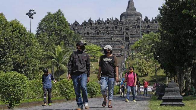 Wisatawan berada di area zona 2 kompleks Taman Wisata Candi (TWC) Borobudur, Magelang, Jawa Tengah, Kamis (25/6/2020). Setelah tutup selama sekitar tiga bulan akibat pandemi COVID-19 salah satu Destinasi Super Prioritas tersebut dibuka kembali pada Kamis (25/6/2020) dengan menerapkan protokol kesehatan COVID-19 dan pembatasan jumlah pengunjung. ANTARA FOTO/Anis Efizudin/aww.