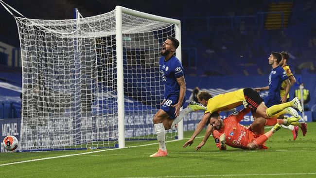 Chelsea's Olivier Giroud misses a chance to score during the English Premier League soccer match between Chelsea and Watford at the Stamford Bridge stadium in London, Saturday, July 4, 2020. (Glynn Kirk/Pool via AP)