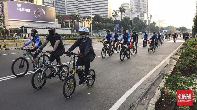 Suasana Hari Bebas Kendaraan Bermotor (HBKB/CFD) di Thamrin, Jakarta, pada Minggu (5/7). (CNNIndonesia/Annisa R)