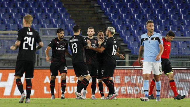 AC Milan's Ante Rebic, center, celebrates with his teammates after scoring his side's third goal during the Serie A soccer match between Lazio and AC Milan at the Rome Olympic stadium, Saturday, July 4, 2020. (AP Photo/Riccardo De Luca)
