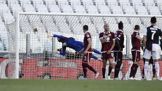 Juventus' Cristiano Ronaldo, right, scores his side's third goal on a free-kick, during the Serie A soccer match between Juventus and Torino, at the Allianz Stadium in Turin, Italy, Saturday, July 4, 2020. (Fabio Ferrari/LaPresse via AP)