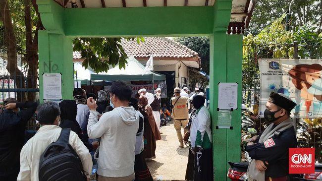 Sejumlah massa aksi 'Apel Siaga Ganyang Komunis Jabodetabek' sudah memenuhi lapangan Ahmad Yani, Jalan Praja, Kebayoran Lama, Jakarta Selatan, Minggu (5/7).