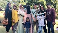 <p>2. Mulan juga terlihat beberapa kali ikut menghabuskan waktu bersama-sama dengan keluarga Harry serta anak-anak mereka (Foto: Instagram @sofiaupay)</p>