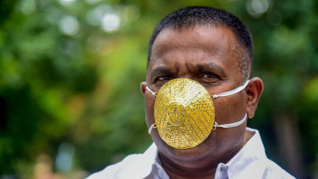 Businessman Shankar Kurhade wears a facemask made of gold and being worth 289,000 rupees amid concerns over the COVID-19 coronavirus outbreak, in Pune on July 4, 2020. (Photo by Sanket WANKHADE / AFP)