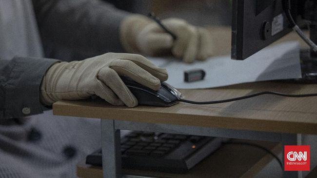 Peserta ujian tulis berbasis komputer (UTBK) Perguruan Tinggi Negeri (PTN) sedang melaksanakan ujian di Universitas Negeri Jakarta, Rawamangun, Jakarta, Minggu, 5 Juli 2020. UTBK tahap 1 dilaksanakan pada tanggal 5-12 Juli 2020 dengan jumlah total peserta yang tercatat mengikuti tes sebanyak 42.463 orang. CNN Indonesia/Bisma Septalisma