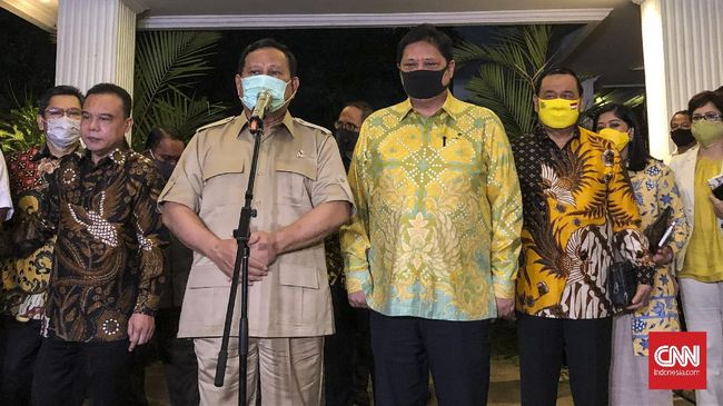 Ketua Umum Partai Golkar Airlangga Hartarto (kanan) bertemu dengan Ketua Umum Partai Gerindra Prabowo Subianto.