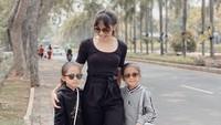 <p>Padahal, keduanya adalah kakak adik. Anak pertama bernama Siti Alana Kalyani, sementara yang kedua bernama Siti Alecia Kaira. (Foto: Instagram @ririndwiariyanti)</p>