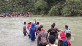 Basarnas Evakuasi 10 Pendaki yang Hilang di Gunung Owila