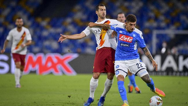 Henrikh Mkhitaryan of A.S. Roma, left, battles Giovanni Di Lorenzo of S.S.C. Napoli during a Serie A soccer match between Napoli and Roma at the San Paolo Stadium in Naples, Italy, Sunday, July 5, 2020. (Fabio Rossi/LaPresse via AP)