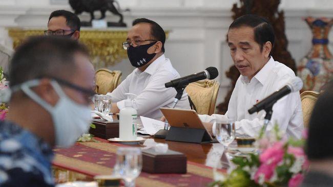 Istana menyatakan Presiden Jokowi dan menteri lain tetap membuka-tutup masker sesuai kebutuhan, terlebih jarak peserta rapat telah dibatasi sekat kaca akrilik.