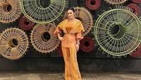 <p>Di bandara Ngurah Rai, Bali, pada Maret lalu, Krisdayanti eksis foto pakai outfit of the day (OOTD) Rayatex milik Raul Lemos. (Foto: Instagram @krisdayantilemos)</p>