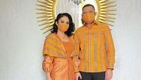 <p>Baju couple serta masker yang digunakan KD dan Raul Lemos ini adalah salah satu model dari pakaian yang diproduksi Raul. (Foto: Instagram @krisdayantilemos)</p>