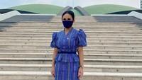 <p>Dalam balutan dres tenun dengan nada warna biru tua, KD berpose di depan gedung DPR nampak cantik dan anggun. (Foto: Instagram @krisdayantilemos)</p>