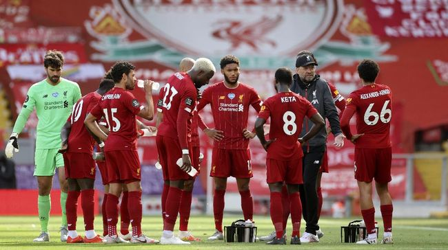 Liverpool's manager Jurgen Klopp, center, talks to the players during the English Premier League soccer match between Liverpool and Aston Villa at Anfield Stadium in Liverpool, England, Sunday, July 5, 2020. (Carl Recine/Pool via AP)