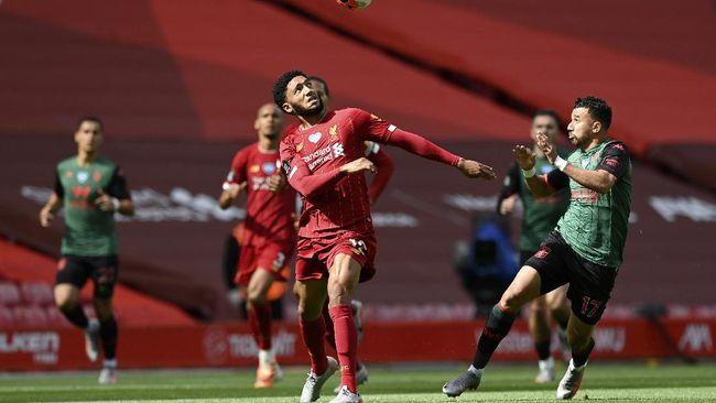 Mantan pemain Liverpool, Jamie Redknapp meminta The Reds tidak panik walau mengalami krisis di jantung pertahanan.