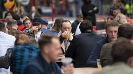 FOTO: Penduduk Inggris Kembali Bersulang di Pub