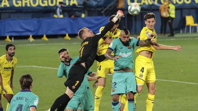 Barcelona's goalkeeper Marc-Andre ter Stegen stops the ball during the Spanish La Liga soccer match between FC Barcelona and Villareal at La Ceramica stadium in Villareal, Spain, Sunday, July 5, 2020. (AP Photo/Jose Miguel Fernandez)