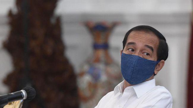 Presiden Joko Widodo bersiap memimpin rapat terbatas (ratas) di Istana Merdeka, Jakarta, Selasa (7/7/2020). Ratas tersebut membahas percepatan pembangunan program strategis nasional Jalan Tol Sumatera dan Tol Cisumdawu. ANTARA FOTO/Hafidz Mubarak A/POOL/foc.