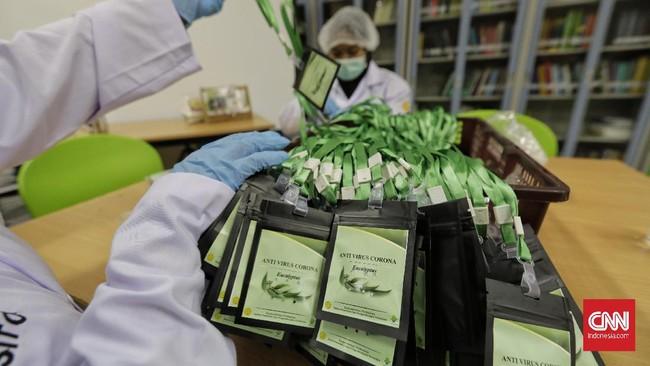 Pengemasan hasil pengolahan minyak Eucalyptus menjadi sediaan serbuk berteknologi nano dari laboratorium nanoteknologi Balai Penelitian dan Pengembangan Kementrian Pertanian , Bogor , menjadi prototipe kalung aromaterapi bernama antivirus korona Eucalyptus , Selasa, 7 Juli 2020.