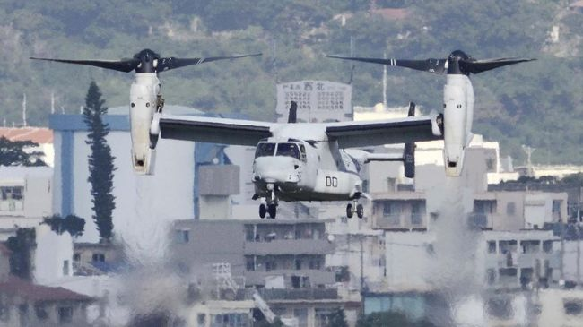 An MV-22 Osprey aircraft flies at the Marine Corps Air Station Futenma in Ginowan, Okinawa prefecture, on December 19, 2016. - The US Marines on December 19 resumed flights of their controversial Osprey aircraft in Japan, less than a week after a crash off the southern island of Okinawa sparked local protests. (Photo by STR / JIJI PRESS / AFP) / Japan OUT