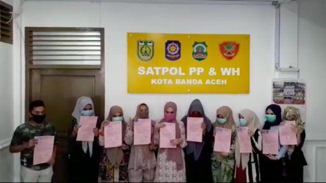 Perempuan yang tidak menggunakan jilbab bersepeda minta maaf di Kantor Satpol PP dan WH Banda Aceh.