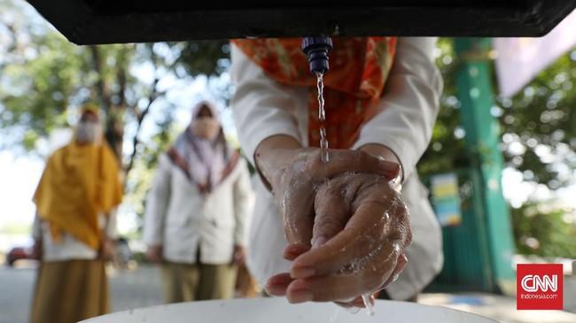 Setelah pemeriksaan suhu tubuh, siswa diwajibkan mencuci tangan Di tempat yang telah disediakan sekolah. CNN Indonesia/Safir Makki