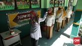 sebelum masuk kelas, siswa diwajibkan mengukur suhu tubuh lagi Dan membersihkan tangan. CNN Indonesia/Safir Makki
