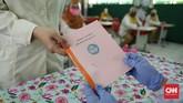 setiap siswa mendapatkan buku catatan kesehatan (suhu tubuh) Yang diisi sejak berangkat sekolah, masuk sekolah, hingga masuk kelas. Dan menjadi catatan kesehatan bagi guru dan orangtua murid. CNN Indonesia/Safir Makki