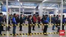 Antrean Penumpang Mengular di Stasiun Bogor