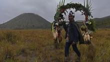 FOTO: Syahdu Suku Tengger Melarung Syukur di Bromo