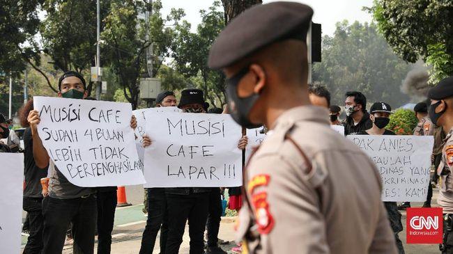 Persatuan Musisi Cafe Indonesia berunjuk rasa di depan BALAI KOTA Jakarta, Rabu, 8 Juli 2020. Mereka meminta pemprov Dki Jakarta mengizinkan live music Di kafe saat PSBB transisi. CNN Indonesia/Safir Makki