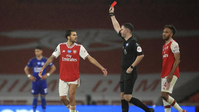 Referee Chris Kavangah shows a red card to Arsenal's Eddie Nketiah, not pictured, during the English Premier League soccer match between Arsenal and Leicester at Emirates Stadium in London, England, Tuesday, July 7, 2020. (AP Photo/Adam Davy,Pool)