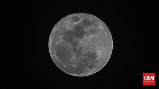 Penampakan bulan di Jalan MT. Haryono, Jakarta, Selasa, 7 Juli 2020. CNN Indonesia/Bisma Septalisma